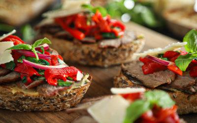 Faszéngrillen sült bárányhúsos bruschetta füstös paprikasalátával