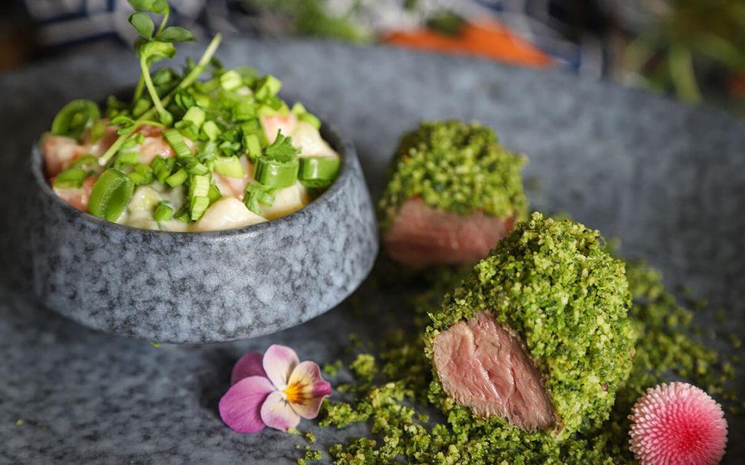 Medvehagymás zöldkéregben sült báránykeresztfartő citrusos tavaszi főzelékkel